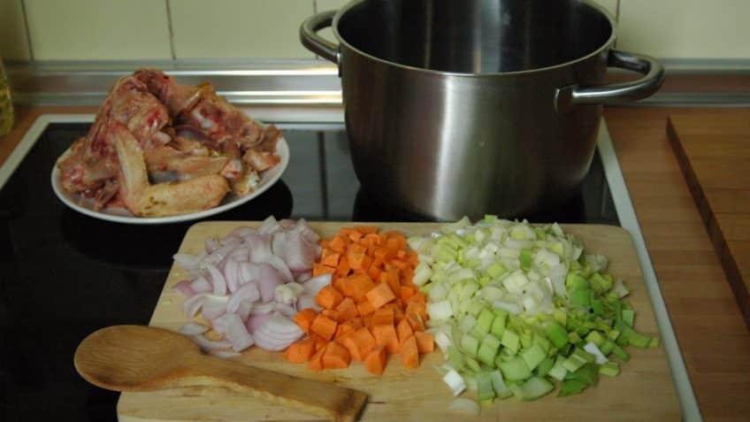 Receta de caldo de pollo preparación picar las verduras