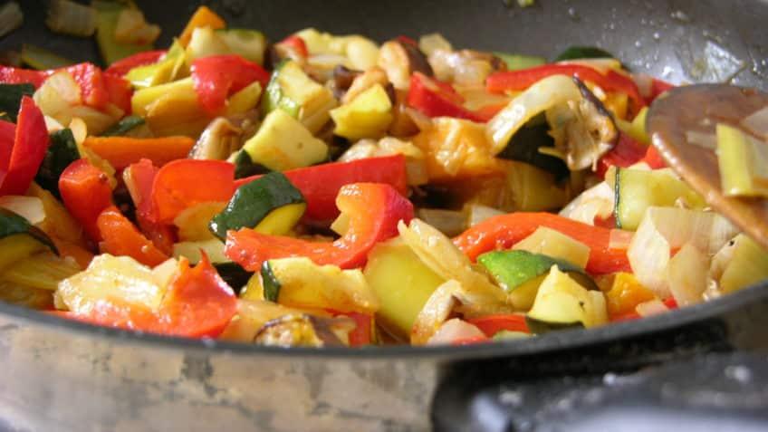 Receta de pollo con verduras picar y rehogar verduras