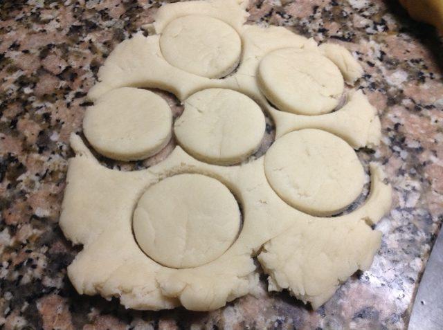 la forma que requiere la receta de bizcochos de queso se consigue con un molde redondo