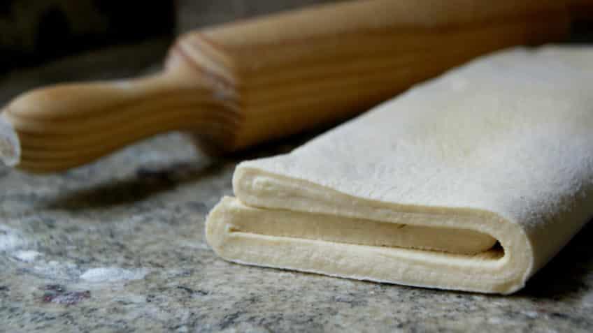 la masa de los bizcochos salados debe doblarse para conseguir sus caracteristicas capas