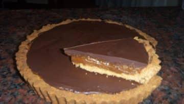 Un trozo apetecible de una tarta tofi