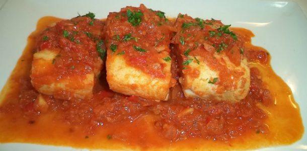 Merluza con tomate rallado