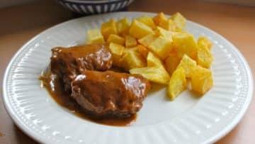carrillera de cerdo acompañda con patatas