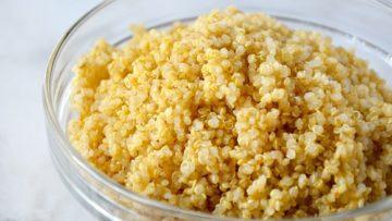 cocinar la quinoa y colocarla en un bol