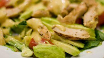 ensalada de pollo con aguacate