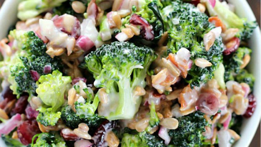 pasos de la ensalada de brócoli y coliflor