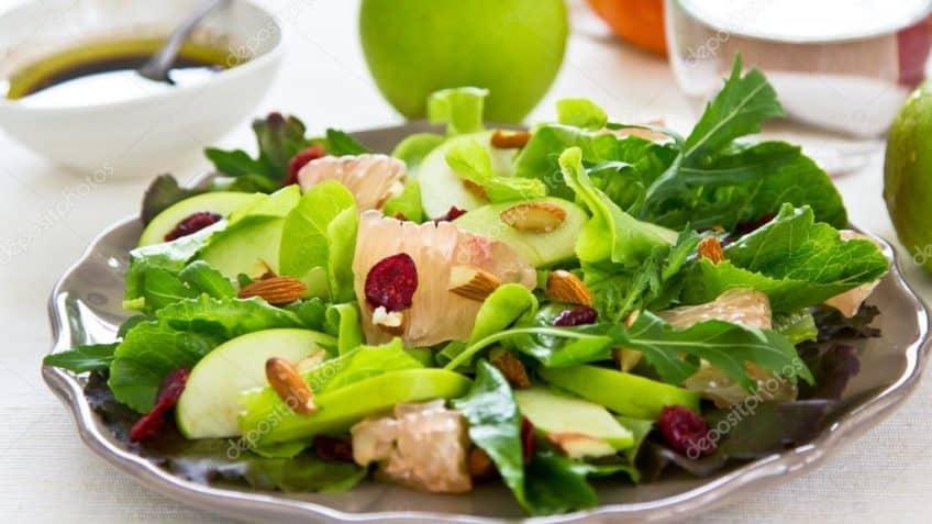 preparación ensalada de espinacas y manzana